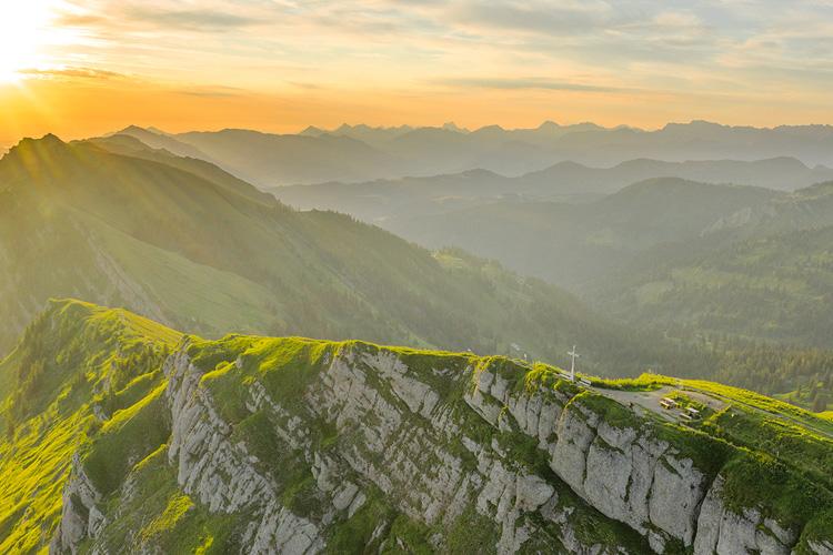 Luftaufnahme der Allgaeuer Alpen im Licht des Sonnenaufgangs.